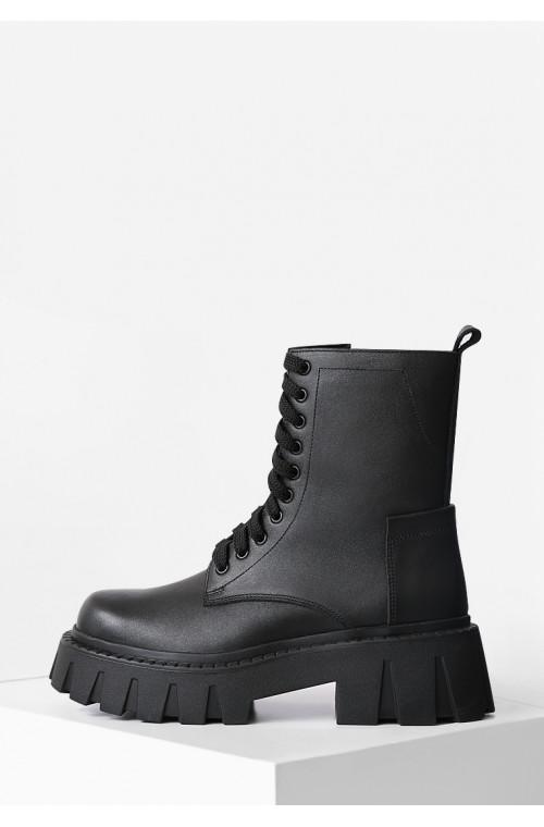Демисезонные черные ботинки на массивной подошве