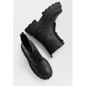 Демисезонные черные матовые ботинки на массивной подошве