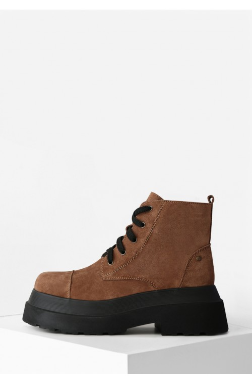 Стильные замшевые коричневые ботинки на высокой платформе