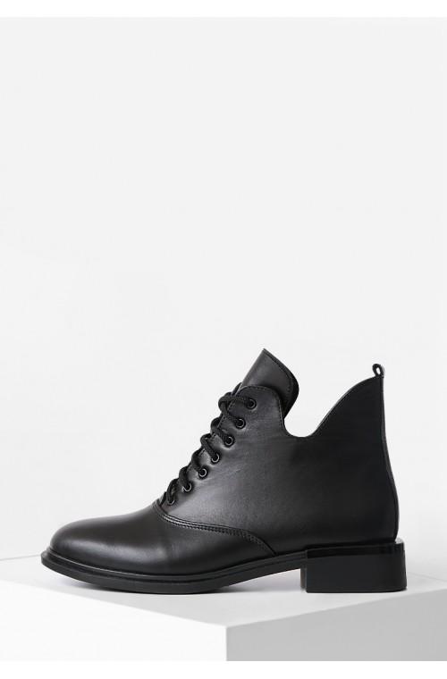 Демисезонные кожаные ботинки на низком каблуке
