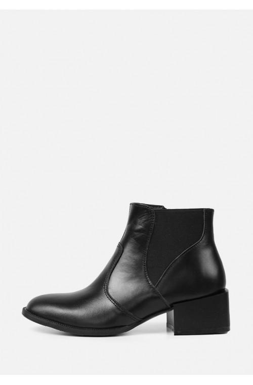 Демисезонные кожаные женские ботинки на каблуке