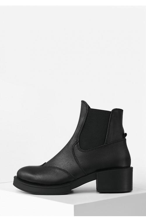 Кожаные демисезонные женские ботинки на небольшом каблуке