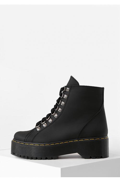 Демисезонные ботинки черного цвета на темной подошве