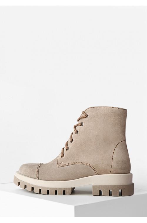 Светлые замшевые демисезонные ботинки на низком ходу