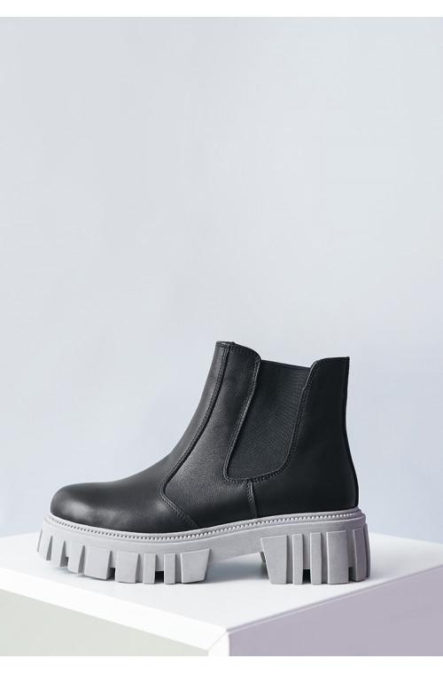 Женские черные кожаные ботинки со сероватой подошвой