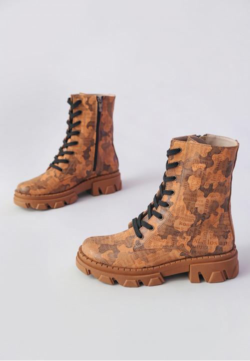 Женские коричневые ботинки с камуфляжным и текстовым принтом