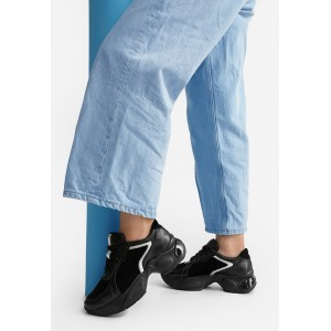 Черные кожаные женские кроссовки с замшевыми вставками