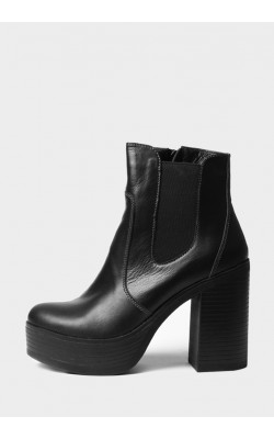Черные ботинки на высоком каблуке