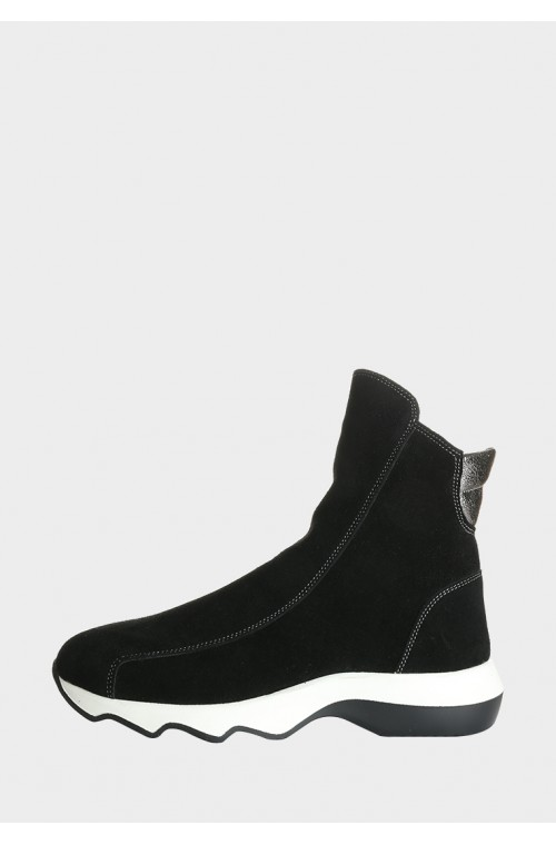 Замшевые ботинки на белой подошве