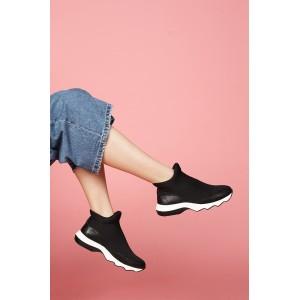 Женские кроссовки на рельефной подошве