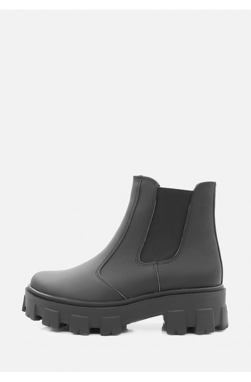 Короткие зимние ботинки из матовой черной кожи
