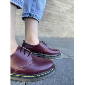 Бордовые туфли на шнурках и невысокой подошве