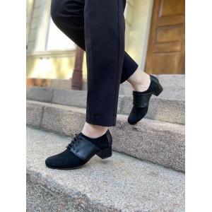Закрытые туфли черного цвета на небольшом каблуке