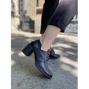 Закрытые кожаные туфли на толстом каблуке
