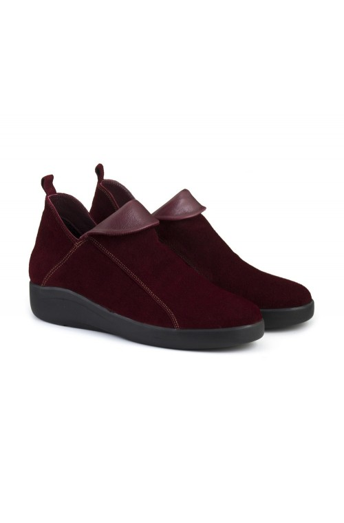 Замшевые ботинки бордового цвета
