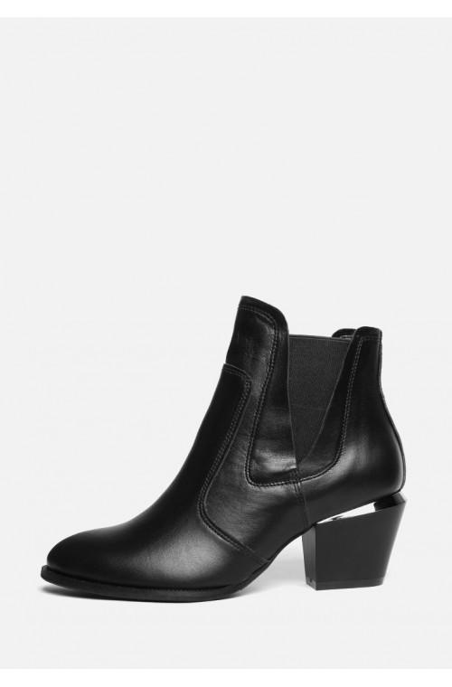 Черные ботинки из натуральной кожи на каблуке