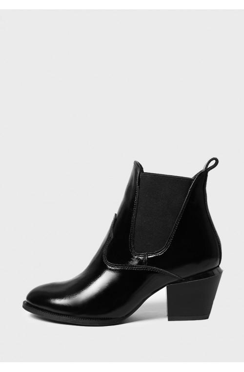 Демисезонные лаковые ботинки черного цвета на каблуке