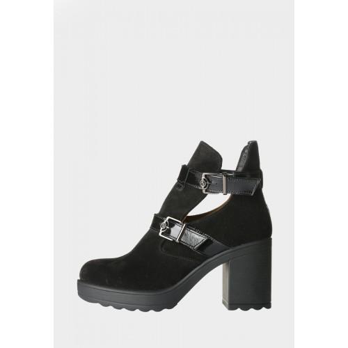 Женские замшевые ботинки с ремнями