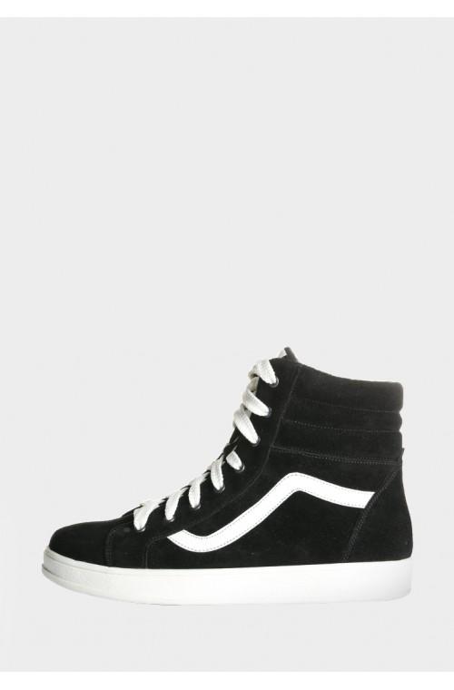 Замшевые черные ботинки спортивного кроя с белой подошвой
