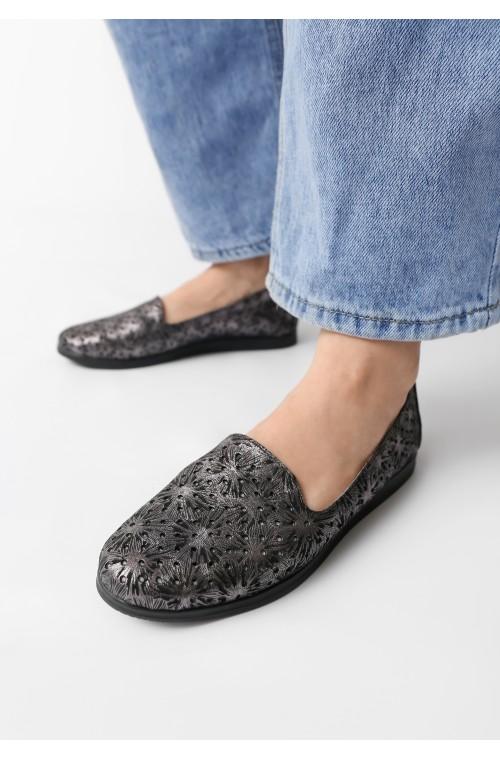 Кожаные черные туфли с узором