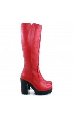 Красные сапоги на высоком каблуке